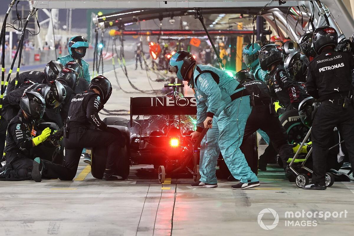 Что и почему случилось на провальном пит-стопе Mercedes в Сахире