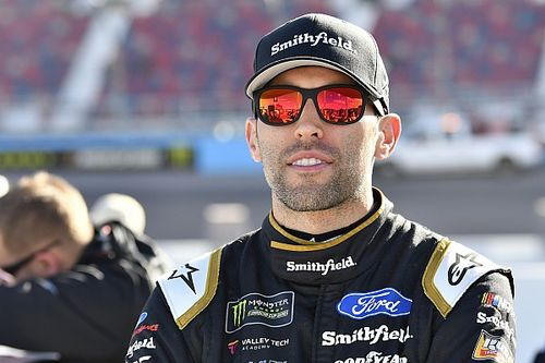 Un accidente corta racha de Top 10 de Aric Almirola