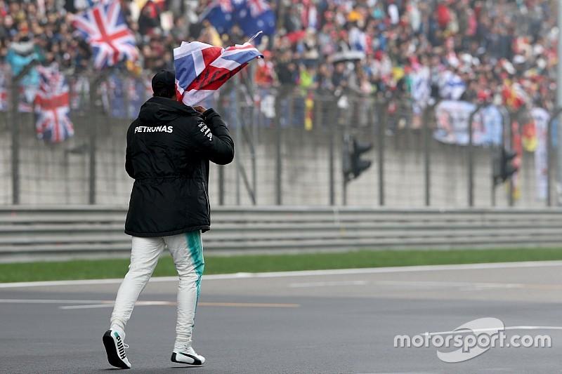 GALERI: Hamilton menghibur fans saat FP2 GP Tiongkok
