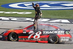 NASCAR Cup Gara Truex Jr approfitta dei problemi di Keselowski e vince a Las Vegas