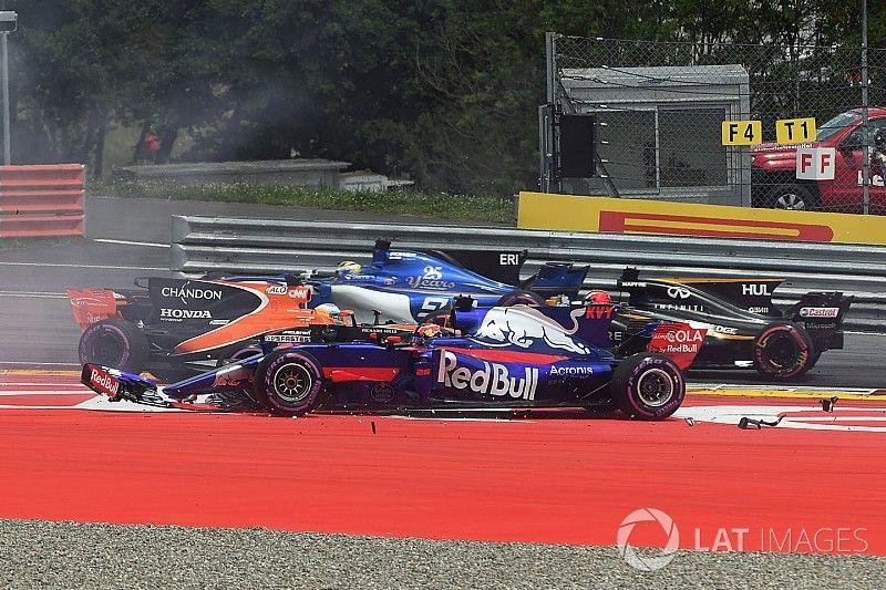 """Kvyat over startcrash: """"Kon Alonso niet meer ontwijken"""""""