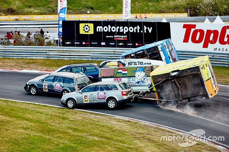 Video's: Chaos in spectaculaire Red Bull Caravanrace op Circuit Zandvoort