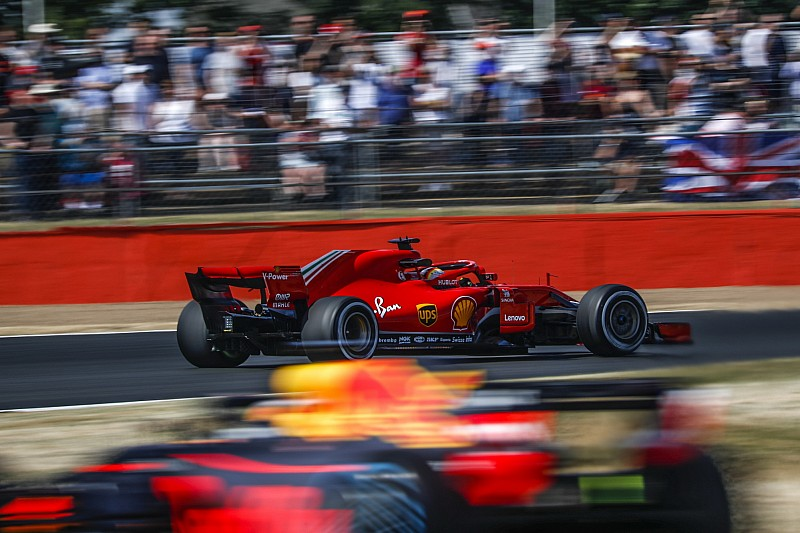 Vettel nyerte a második edzést a Brit Nagydíjon a két Mercedes előtt Silverstone-ban