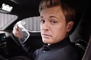 Nico Rosberg beült a Mercedes-AMG One-ba, és a kezében maradt pár alkatrész