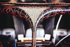 Őrülten jó festést kapott az Alfa Romeo Racing F1-es gépe, amivel már pályára is gurultak (képek+videó)