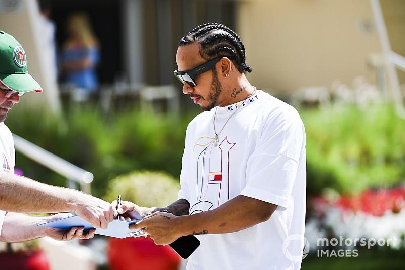 Hamilton egészen laza megjelenése Bahreinben