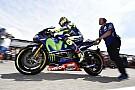 Video: Rossi no se baja de la moto ni en vacaciones