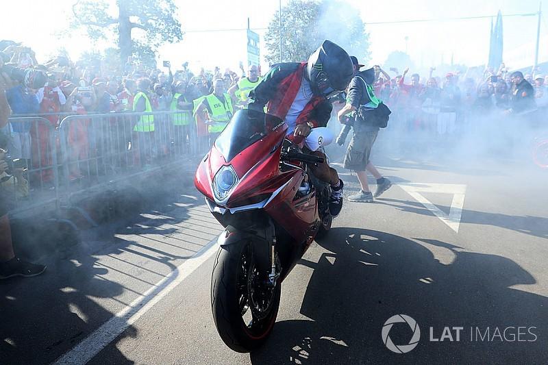Fotogallery: Hamilton dà spettacolo a Monza in sella alla MV Agusta