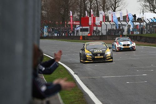 Brands Hatch BTCC: Goff holds off Turkington to win opener