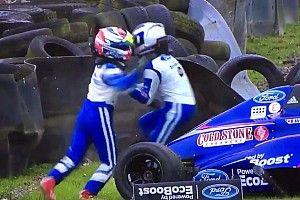 VÍDEO: companheiros brigam após acidente na F4 inglesa