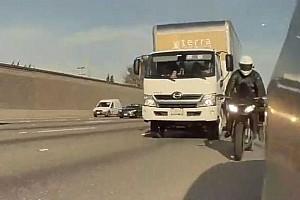 Folytatódik a teslások és a motorosok közti viszály, ezúttal egy Model 3-at rúgtak meg menet közben (videó)