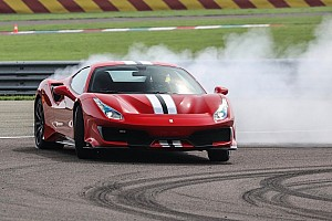 Leclerc csak lazán a Ferrari egyik legújabb autójával Monacóban