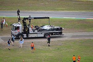 Amatőr felvételen, ahogy Bottas eldobja a Mercedes, majd a közönség...