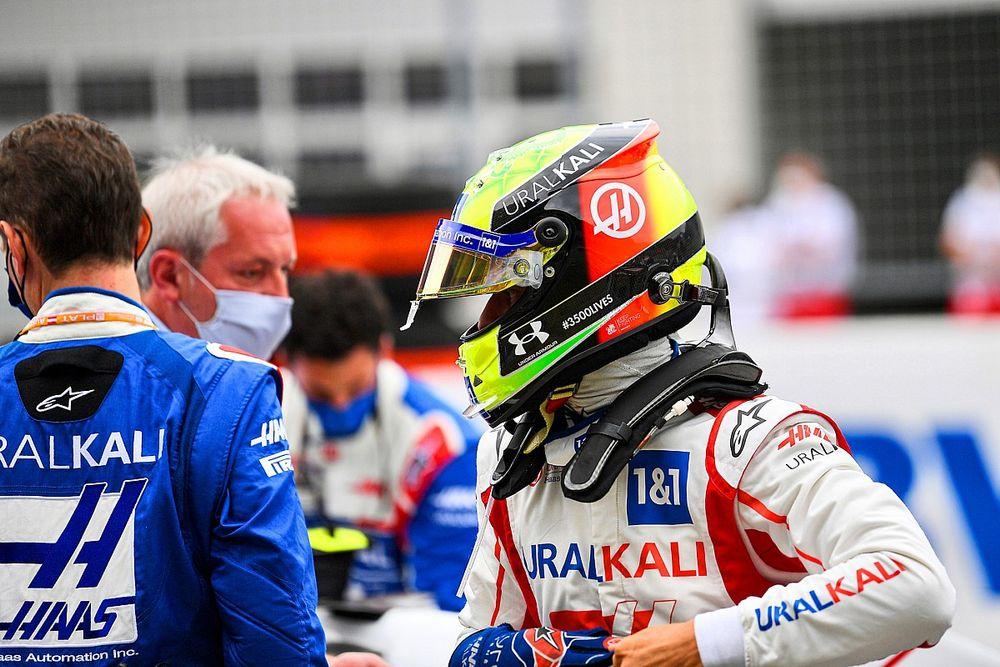 VIDEO: Schumacher treedt in voetsporen van Vettel en vader Michael