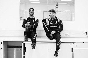 Az első hivatalos képek: Ricciardo a Renault szerelésében