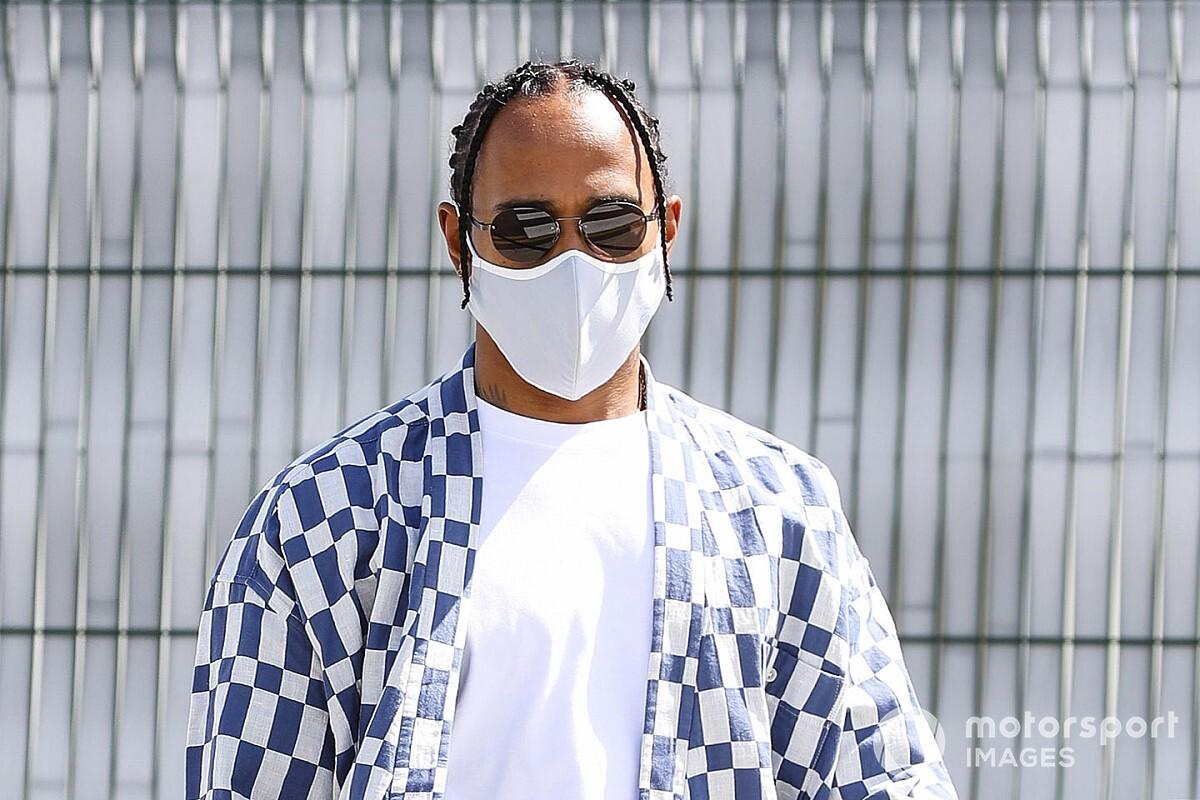 Hamilton Silverstone-ban is felhívta magára a figyelmet az öltözékével