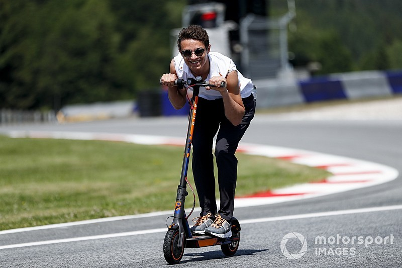 Nagy figura a McLaren újonca: rollerrel repeszt!