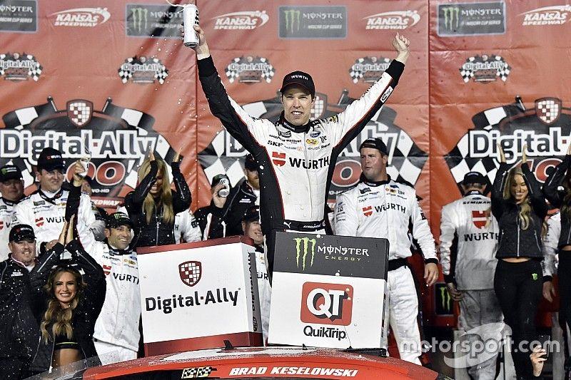NASCAR: Keselowski aparece no fim e vence agitada etapa do Kansas