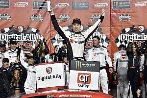 Brad Keselowski logra la victoria en una emocionante carrera