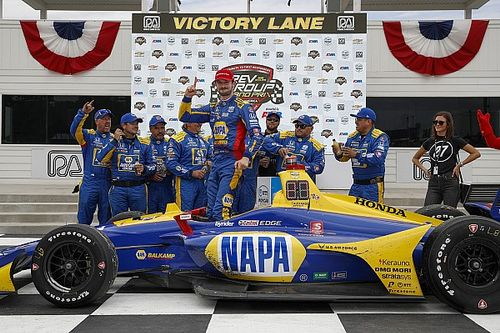 Росси в доминирующем стиле выиграл гонку IndyCar на «Роуд-Америке»