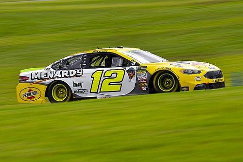 Блэни выиграл гонку NASCAR в Шарлотт, Джонсон выбыл из борьбы за титул из-за ошибки на последнем круге