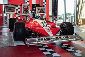 Jacques Villeneuve demonstreert Ferrari van vader Gilles uit 1978