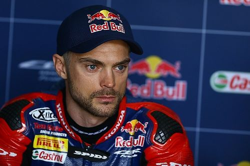 Camier sustains broken ribs in Aragon WSBK crash