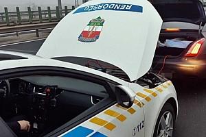 Autópályán lerobbant román autót bikáztak be rendőrök az M1-esen