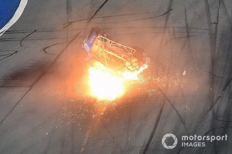 """Equipe diz que Newman já está """"acordado"""" após acidente em Daytona"""