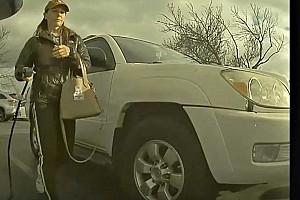 Videóra vette a fedélzeti kamera, ahogy egy nő kirángatja a töltőt más Teslájából