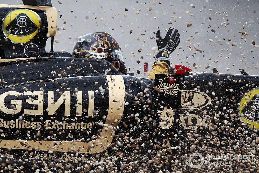 Heidfeld megpöccinti Kobayashi autóját, majd alátörik a szárnya: videó