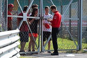 Videón, ahogy a rajongó kezet csókol Vettelnek