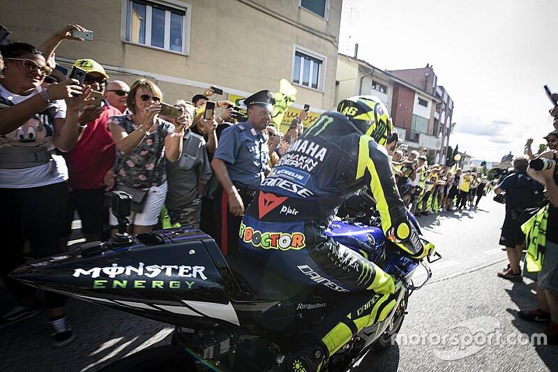 Valentino Rossi in moto sulla strada dove è cresciuto