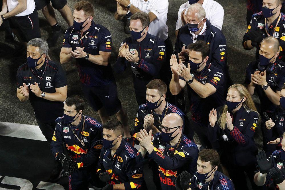 Red Bull потребовала у FIA расследовать нарушения Mercedes