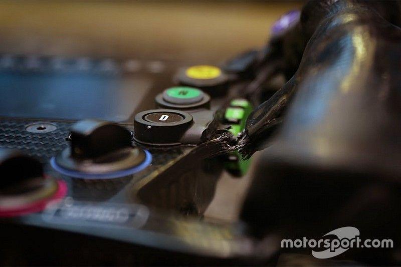 Alonso a cassé son volant en se crashant à Indy