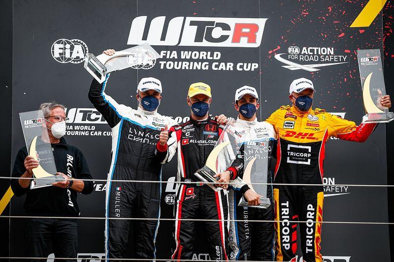 Podios de Girolami y Urrutia en el inicio del WTCR en Nurburgring