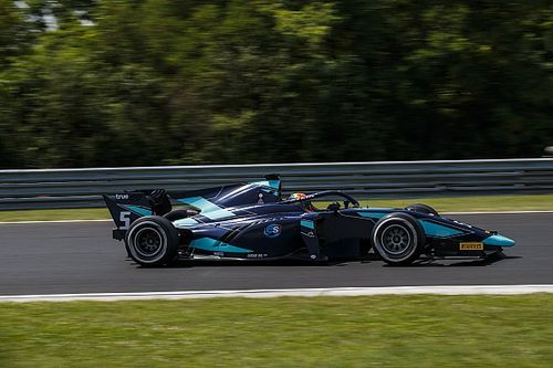 Albon piega Ghiotto e conquista la vittoria nella Spint Race dell'Hungaroring