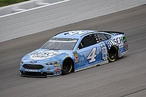 Kevin Harvick conquista una gran pole in Kansas