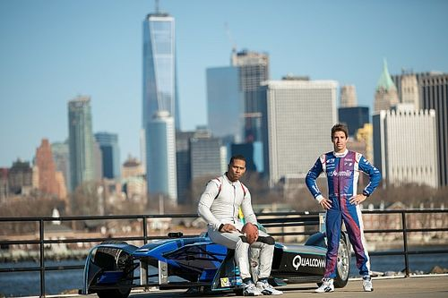 Video, Victor Cruz, in tuta e casco, dà il la all'ePrix di New York!