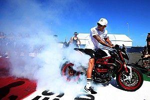 Hamilton Rossival akar motorozni
