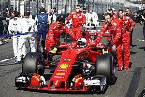 Videón, ahogy Vettel szemtelenül vizsgálja a rivális F1-es autókat