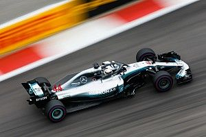 Пилоты Mercedes опередили Ferrari в третьей тренировке в Сочи