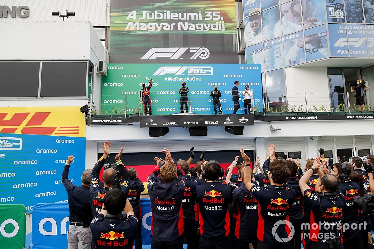 Verstappen krijgt uniek cadeau van monteurs na crash in Hongarije