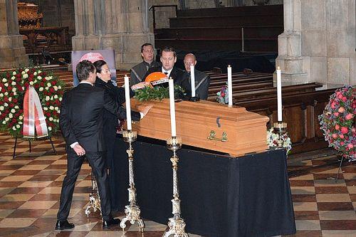 Niki Lauda: un fiume di persone per l'ultimo saluto nella cattedrale di Vienna
