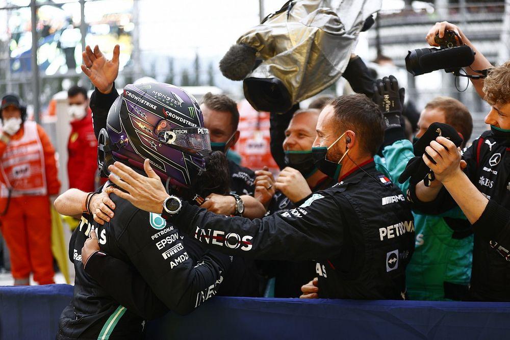 """タイヤ交換か? ステイアウトか? 勝負の分かれ目でメルセデスが見せた、ハミルトンを""""断固としてピットに入れる""""姿勢"""