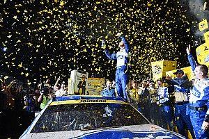 Джонсон стал чемпионом NASCAR, выиграв гонку с последнего места