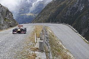Fórmula 1 Top List Buemi pilota carro da F1 em estrada dos Alpes Suíços