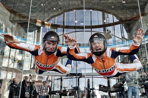 Vídeo y fotos: Márquez y Pedrosa vuelan sin moto