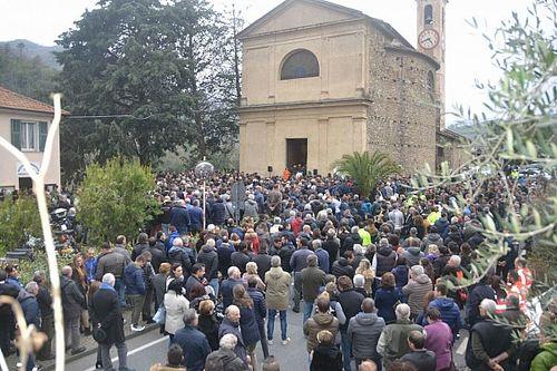 2.000 persone e 100 moto accese per l'ultimo saluto a Fausto Vignola