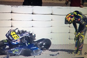 La pretemporada arranca con una espectacular caída de Rossi